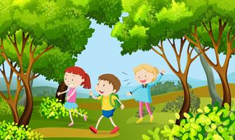 Tre bambini che camminano nel bosco