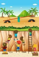 Kinder klettern die Klippe hinauf