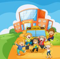 Un autobús escolar frente a la escuela.