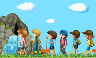 Niños caminando en el campo.