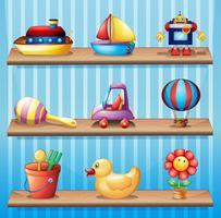 Tres estantes de madera con diferentes juguetes.