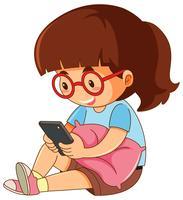 Una ragazza che gioca telefono su fondo bianco