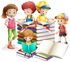 Joli garçon et fille lisant des livres