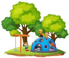 Barn leker på parken