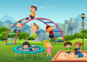 Bambini felici nel parco giochi