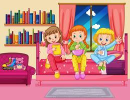 Tres chicas comiendo bocadillos en el dormitorio