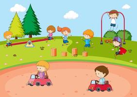 Bambini che giocano al parco giochi