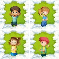 Quattro bambini su erba verde