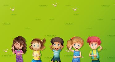 Scena di sfondo con i bambini su erba