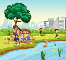 Piquenique em família ao lado do lago dos patos