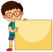 Liten pojke med blank kartong