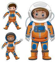 Tres niños en traje de astronauta