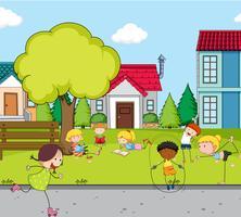 Niños jugando en el campo de la casa.