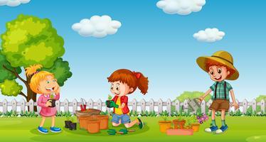 Barn planterar träd i kruka