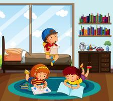 Drei Kinder machen Hausaufgaben im Schlafzimmer