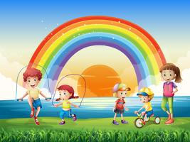 Niños haciendo ejercicio en el parque.