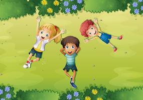 Tre bambini felici su erba verde