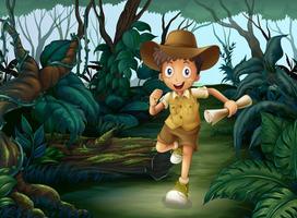 En ung pojke mitt i skogen