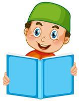 Un niño musulmán leyendo sobre fondo blanco
