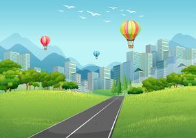 Stadsplats med ballonger och höga byggnader