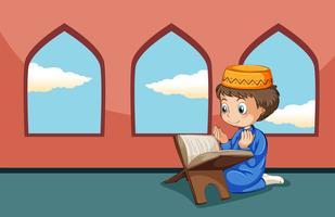 Un niño musulmán estudia en la mezquita.