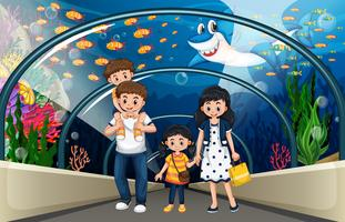 Una familia en acuario de mar.