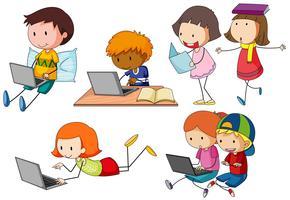 Kinderen die op computerlaptop werken