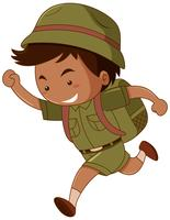 Kleiner Junge im grünen Kostüm mit Rucksack