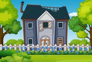 Gammalt hus med vacker trädgård