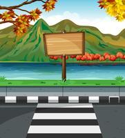 Cartel de madera a lo largo de la carretera.