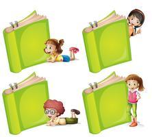 Bambini felici con un grande libro verde