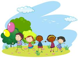 Barn håller händerna i parken
