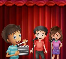 Kinder sprechen am Mikrofon