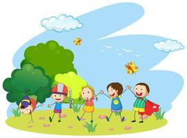 Barn leker i trädgården
