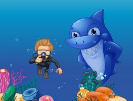 Buceador y tiburón bajo el agua.