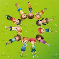 Bambini sdraiati sull'erba in cerchio