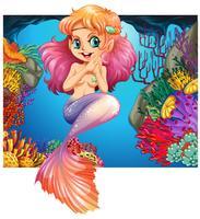 Linda sirena nadando bajo el mar