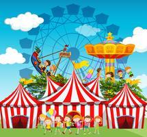 Scena da circo con bambini e giostre