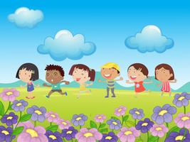 Molti bambini che camminano nel parco