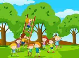 Niños subiendo la escalera en el parque