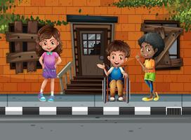 Três crianças andando na rua