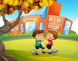 Niños peleando en frente de la escuela