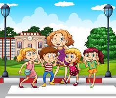 Enfants et professeur à la cour d'école