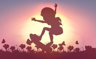 Silhouetmeisje die in tuin met een skateboard rijden
