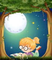 Liten tjej som läser i parken på natten