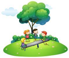 Bambini che giocano a giocare nel parco