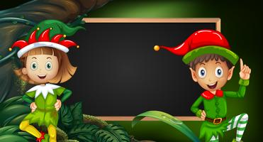 Niño y niña en traje de elfo por pizarra
