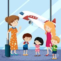 Leute am Flughafen mit Flugzeug im Hintergrund