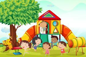 Veel kinderen spelen op de speelplaats
