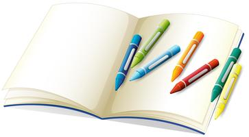 Leeres Buch und viele Buntstifte